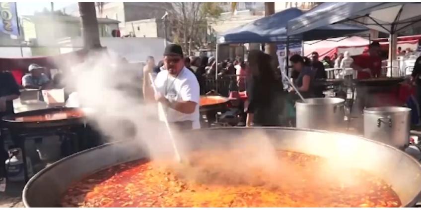 Повара из Сан-Диего приготовили мигрантам удивительную паэлью