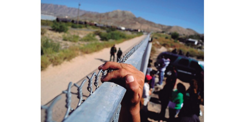Мигранты в Сан-Диего продолжают штурмовать границу