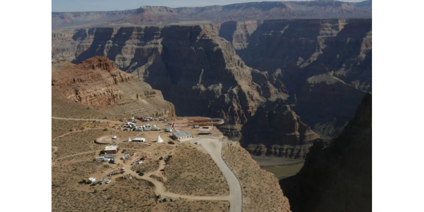 Мужчина в Аризоне разбился, упав со скалы