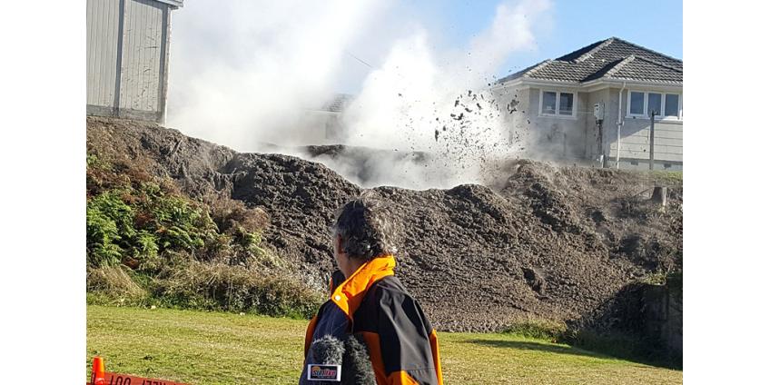 У дома на севере Новой Зеландии появилась яма, выбрасывающая на десятки метров кипящую грязь