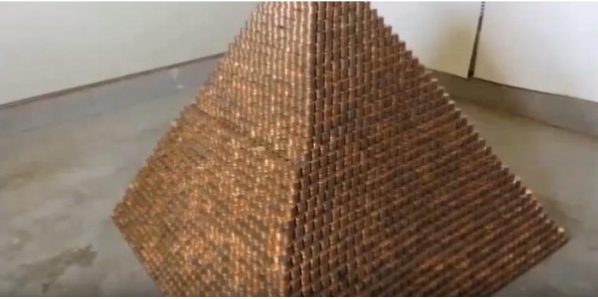 Житель Аризоны объявил, что побил рекорд Гиннесса, построив пирамиду из монет