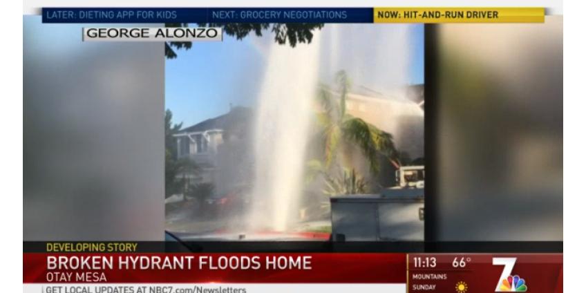 Гейзер, бьющий из пожарного гидранта, сбитого водителем, затопил дом в Сан-Диего и стал причиной беспорядка в Otay Mesa
