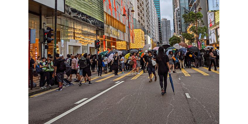 Десятки тысяч жителей Гонконга взялись за руки и образовали живые цепи вдоль трех веток метро