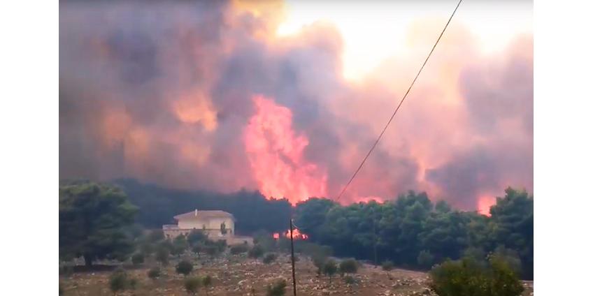 На греческом курортном острове лесной пожар подбирается к населенным пунктам