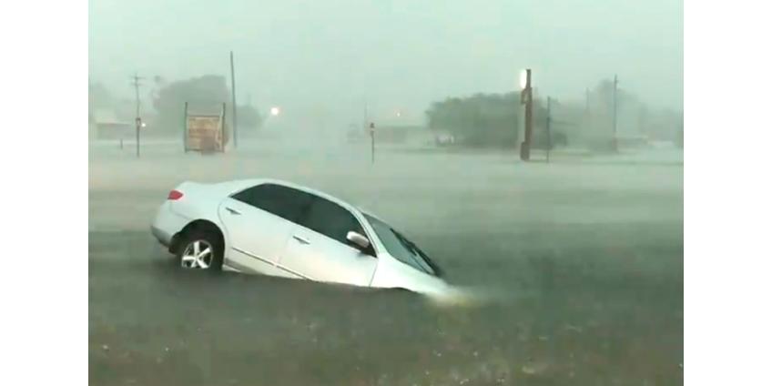 """Тропическая депрессия """"Имельда"""" погружает под воду населенные пункты в Техасе"""