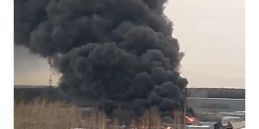В Екатеринбурге раздаются взрывы в горящем здании Уральского завода лакокрасочных изделий