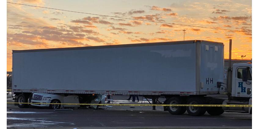 В Финиксе в ДТП с трейлером погиб водитель внедорожника