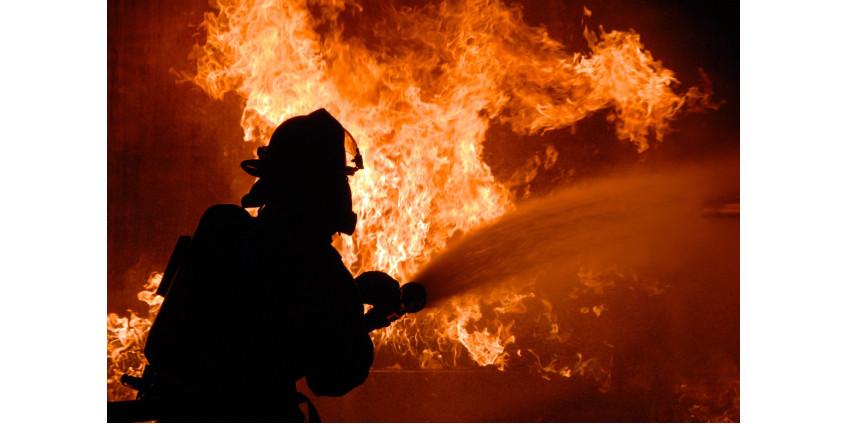 58-летняя женщина погибла при пожаре в гараже заброшенного дома на юге Лос-Анджелеса