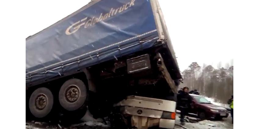Под Пермью шесть машин столкнулись с автобусом: 12 пострадавших