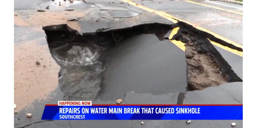 Из-за лопнувшей водопроводной трубы на одной из улиц Сан-Диего провалился асфальт