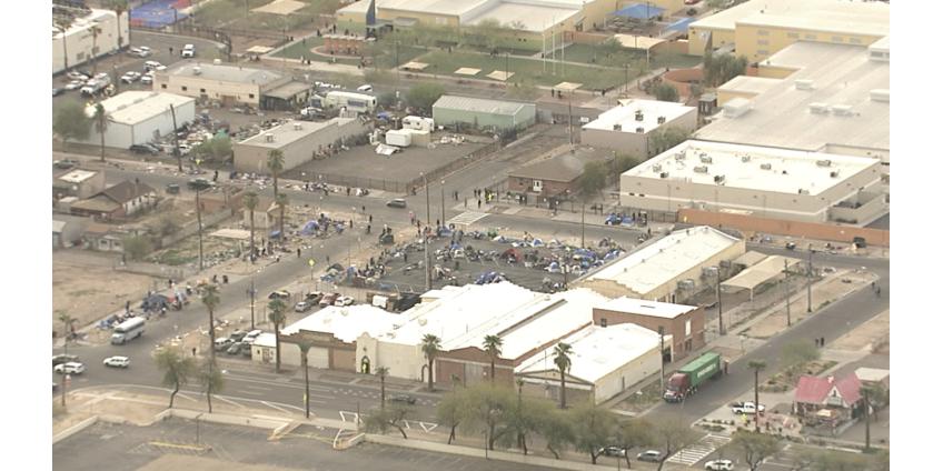 Недалеко от центра Финикса убирают лагеря бездомных