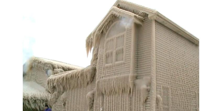 Шторм превратил дома на берегу озера Эри в ледяные скульптуры