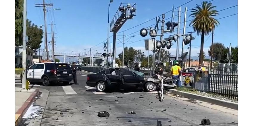 В Лос-Анджелесе столкнулись легковое авто и поезд