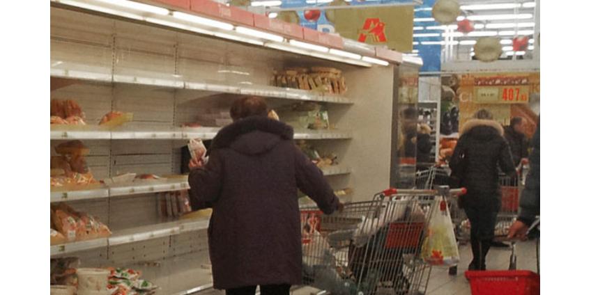 Россияне из-за коронавируса сметают продукты в магазинах рекордными темпами