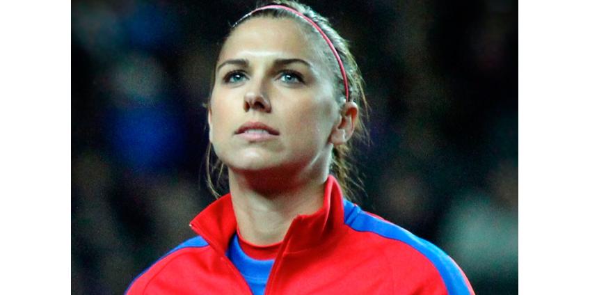 Американская футболистка приседает с гирей на последнем месяце беременности