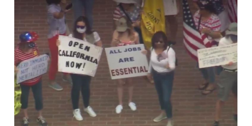 В Сан-Диего вновь собрались протестующие против ограничительных мер в связи с пандемией COVID-19