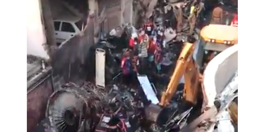 В Пакистане во время крушения самолета несколько человек выжили
