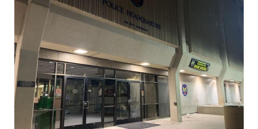 В Финиксе в ходе акции протеста демонстранты разбили стекла и двери в полицейском управлении
