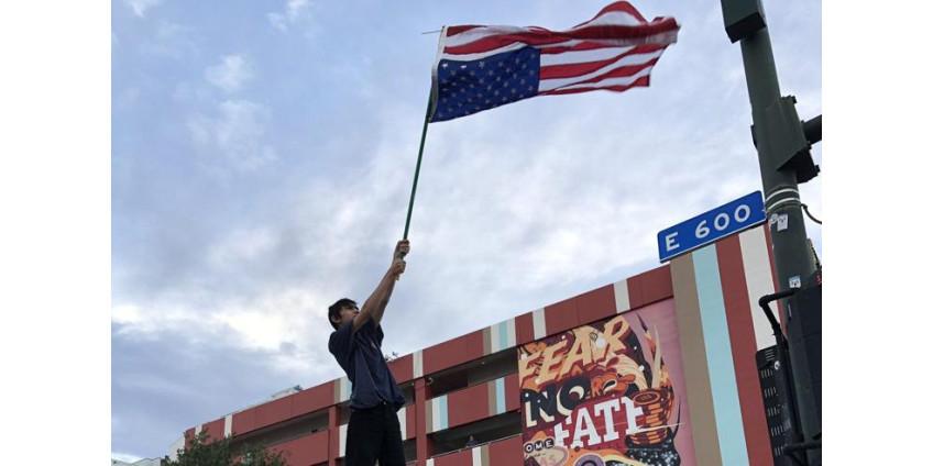Сотни людей собрались на акцию протеста в центре Лас-Вегаса