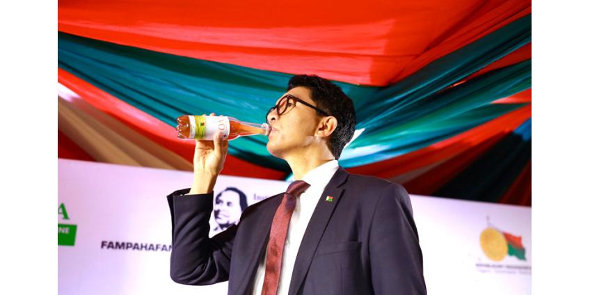 Министра образования Мадагаскара уволили за предложение закупить детям леденцов на палочке на $2 млн
