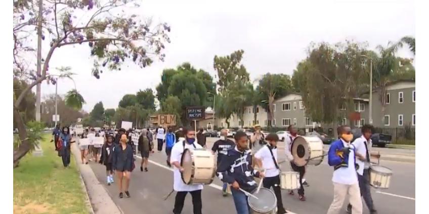 Отцы в Лос-Анджелесе вышли на марш, чтобы научить детей расовому равенству