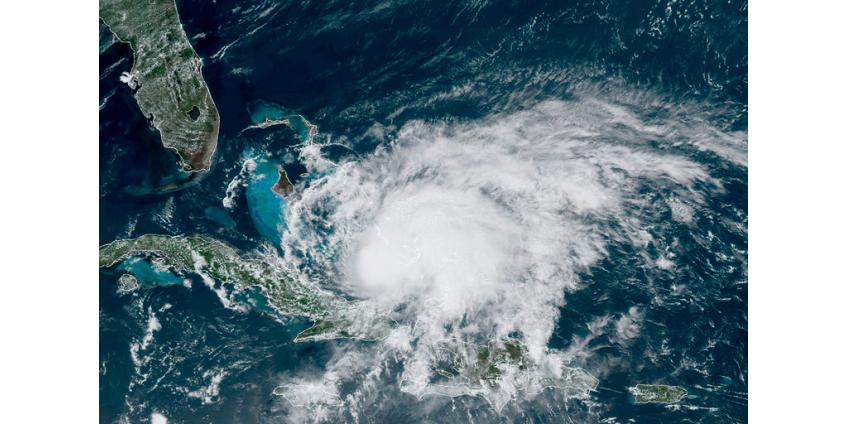 """Ураган """"Исайяс"""" бушует на Карибах и движется на Флориду"""