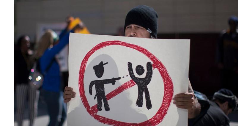 Сенат Калифорнии проголосовал за то, чтобы потребовать пересмотра всех полицейских расстрелов безоружных людей
