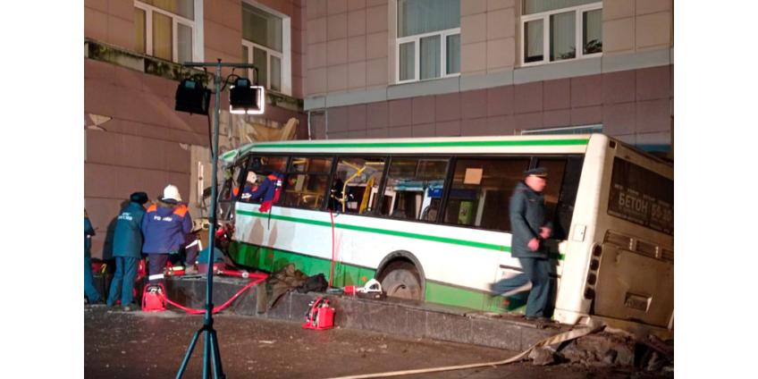 В Новгороде автобус врезался в здание университета, есть жертвы