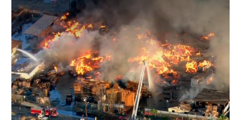 В промышленном районе Комптона произошел мощный пожар