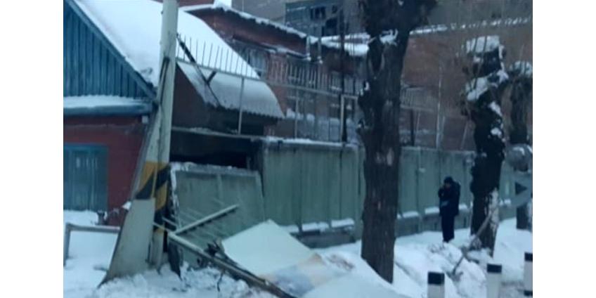 В Омске трех женщин придавило забором, в который въехал тепловоз