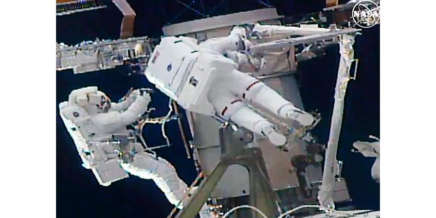 Астронавты из США и Японии провели 7 часов в открытом космосе