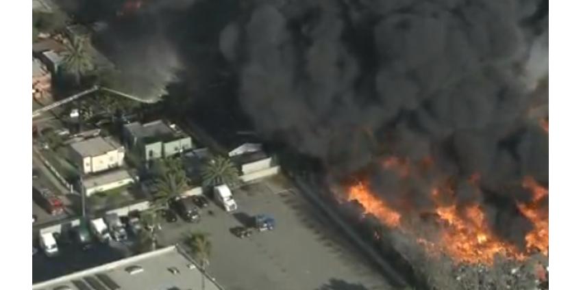 Несколько домов разрушены после сильного пожара на Комптонском складе поддонов