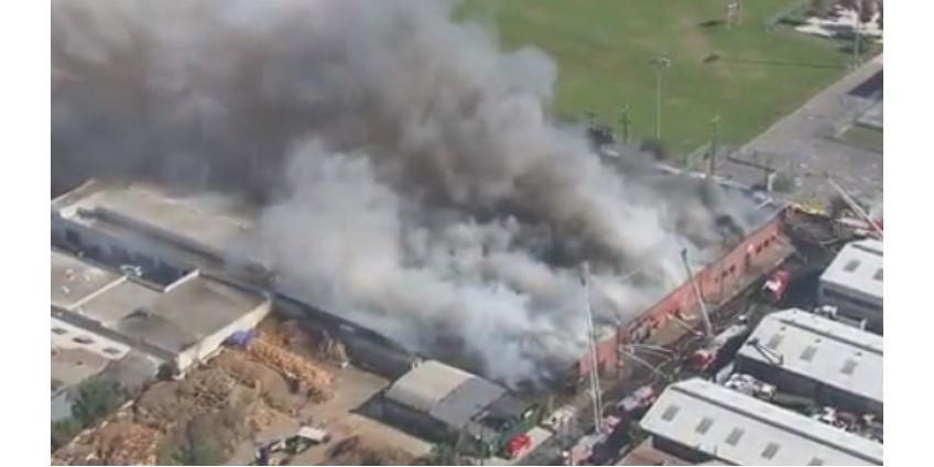 Спасатели боролись с крупным пожаром в Лос-Анджелесе в течение 4 часов