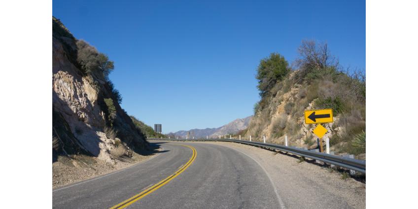 Одна женщина погибла, две женщины и ребенок получили ранения в результате аварии в округе Лос-Анджелес